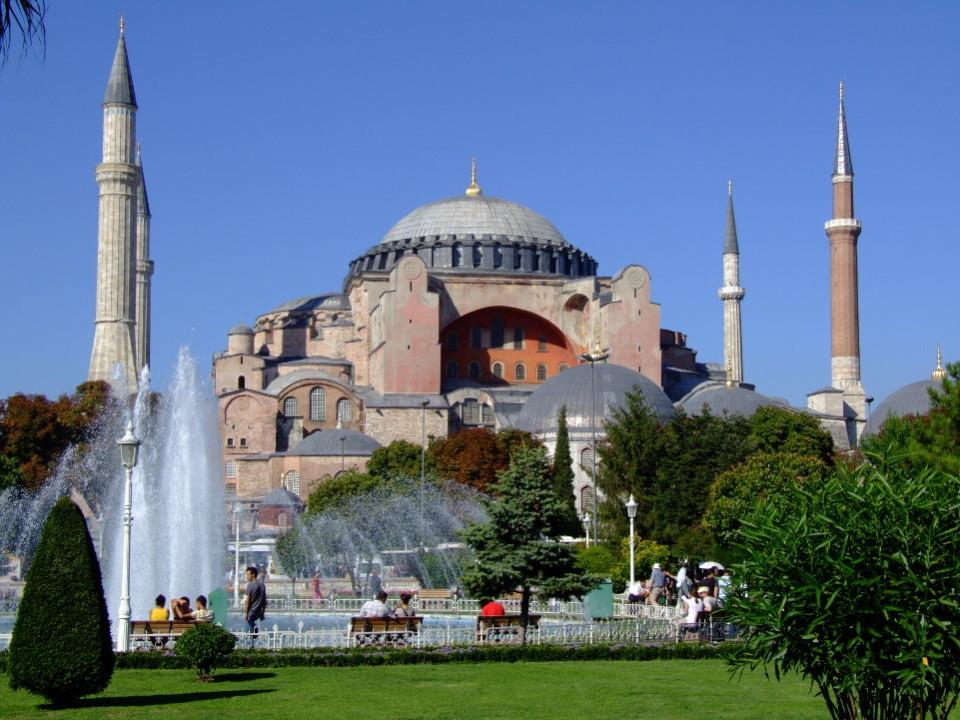 Počitnice v Turčiji za 499 evrov? Preberite drobni tisk: doplačati morate še 250 evrov za letalsko gorivo. Foto: Jerzy Kociatkiewicz / Wikipedia