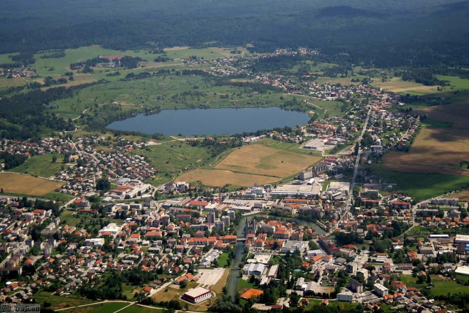 V Kočevje, ki je z mladoletniško nasilno kriminaliteto najbolj obremenjen kraj, se sooča tudi z visokimi stopnjami brezposelnosti. Foto: Kraji EU - Kočevje