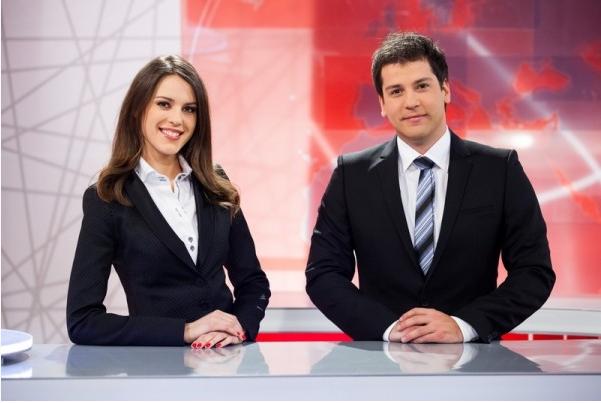 Nuša P. Lesar, voditeljica oddaje Svet na Kanalu A, in odgovorni urednik oddaje Gregor Trebušak. Foto: Mojtvportal.si