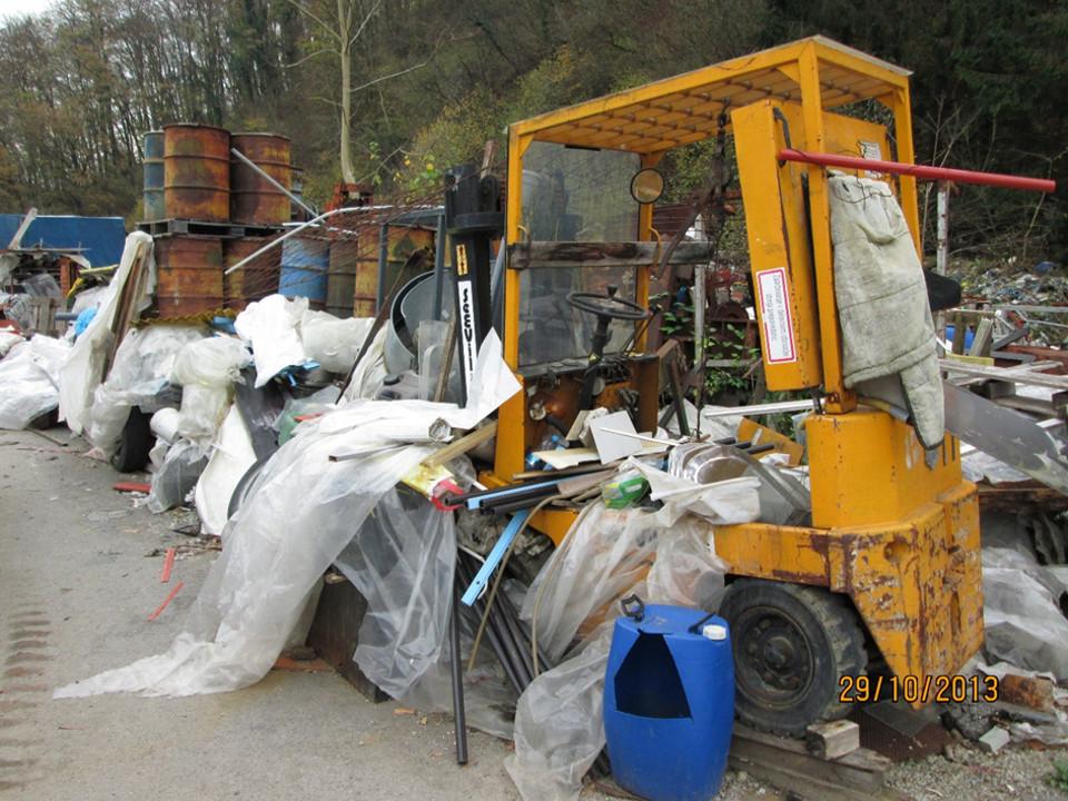 Največje odlagališče nevarnih in nenevarnih odpadkov v Brestanici je v zasebni lasti. »Skladišče odpadkov« uničuje pogled na mirno dolenjsko dolino, v kateri se nahaja, in po vsej verjetnosti onesnažuje potok, ki teče mimo. Po poročanju Martina Cerjaka, direktorja medobčinskega inšpektorata Krško, je odlagališče zaradi ogromnih količin nevarnih odpadkov in pomanjkanja financ državnega inšpektorata še vedno neočiščeno. foto: Ekologi brez meja