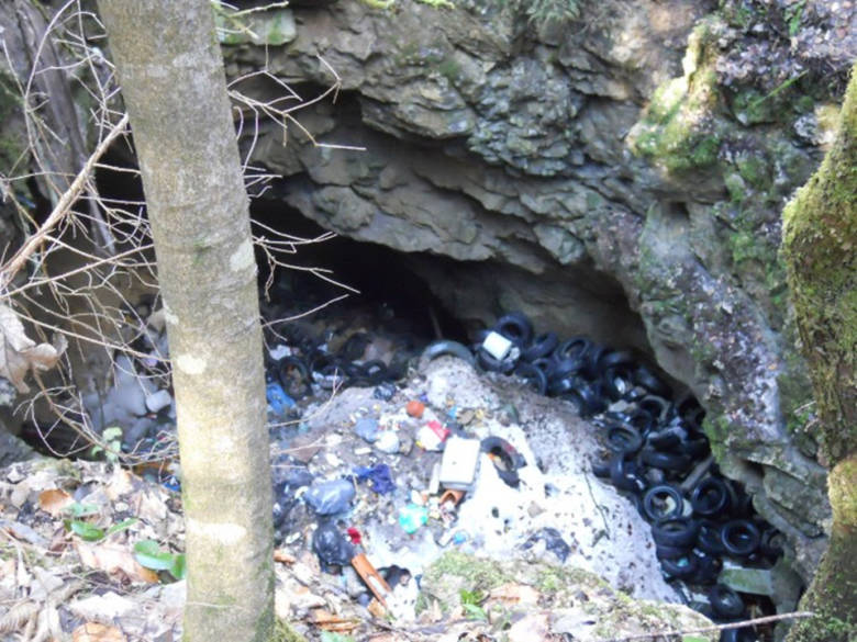 Odlagališče odpadkov v Jami pri Križu v bližini Kočevja. Foto: Ekologi brez meja