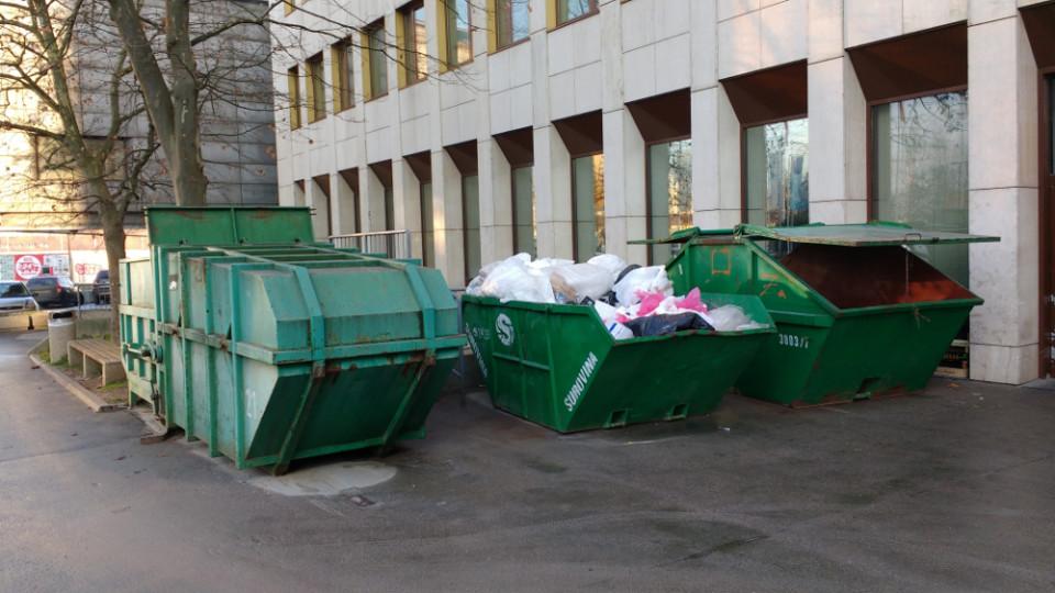 Veliki zeleni zabojniki za mešane odpadke preprečujejo njihovo reciklažo. Foto: podcrto.si
