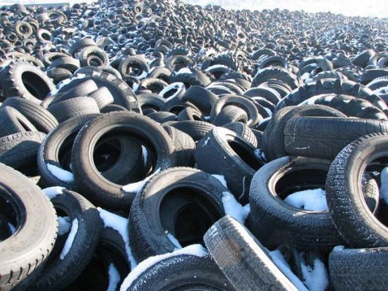Odložene pnevmatike na Dravskem polju. Foto: Albert Kolar/MOP