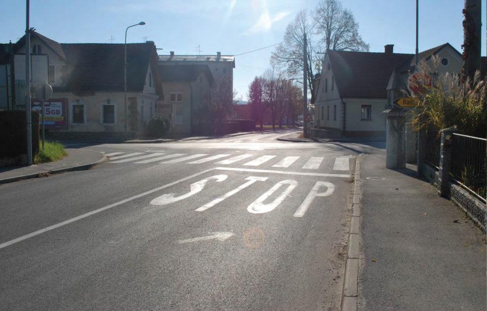 Pogled na križišče z lokalne ceste (Cesta 2. grupe odredov). Foto: DRSI