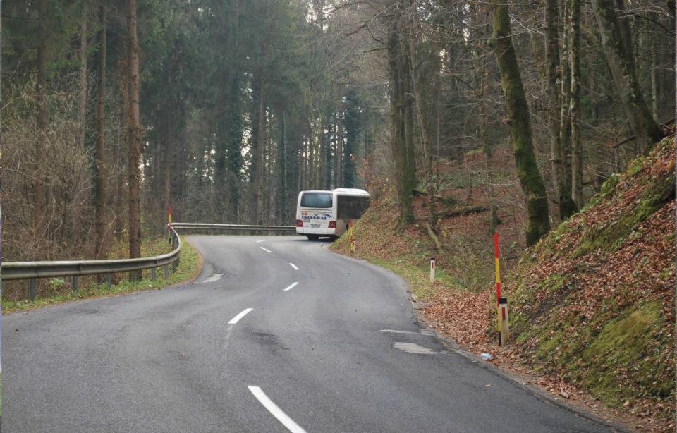 Potek ceste v S-krivinah in klancu navzgor (pogled v smeri proti Novemu mestu). Foto: DRSI