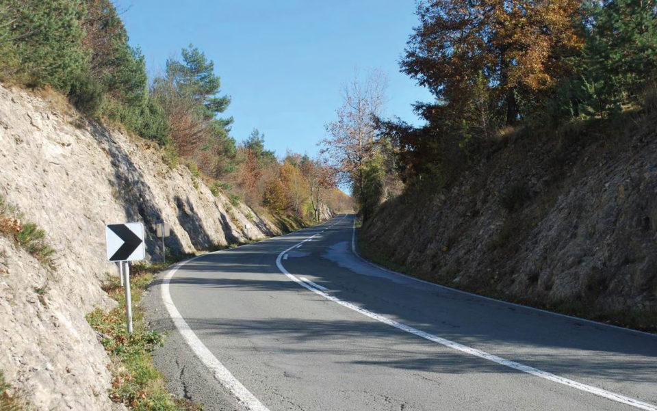 Pogled na levo krivino v smeri proti Starodu. Foto: DRSI