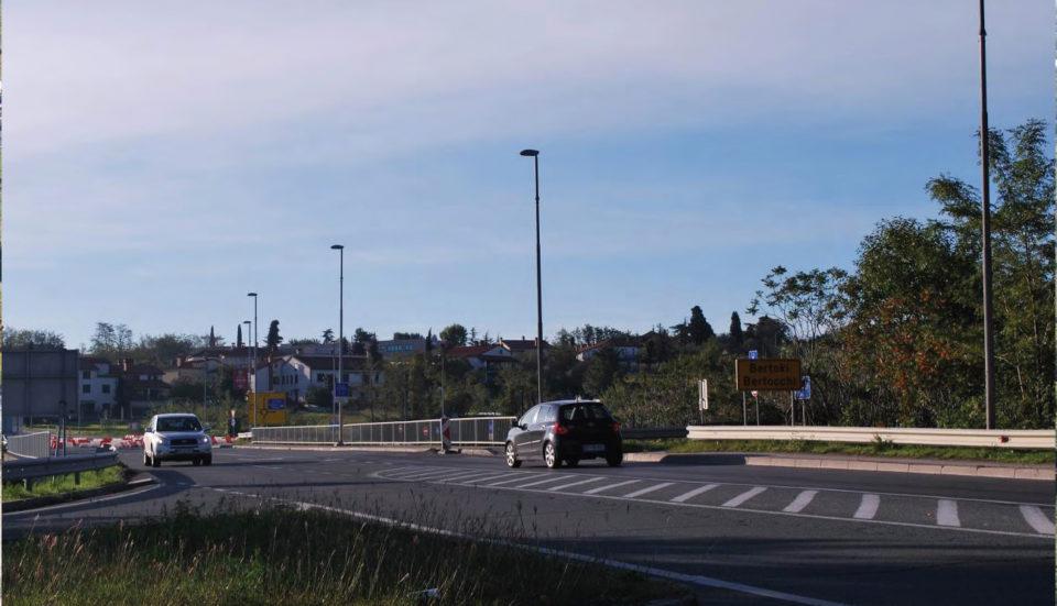 Preglednost pri vključevanju na prednostno cesto (pogled v smeri proti Bertokom). Foto: DRSI