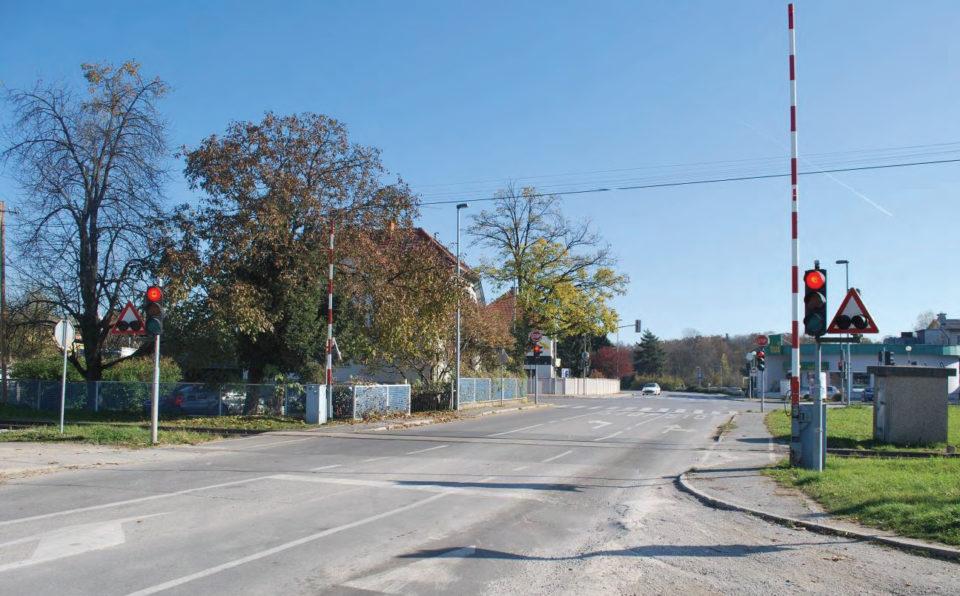 Pogled na križišče iz ulice Preserje pri Radomljah, v ospredju prehod čez železniško progo. Foto: DRSI