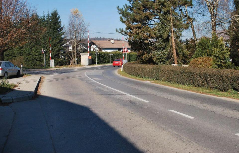 Nivojski prehod čez železniško progo in trikrako križišče. Foto: DRSI