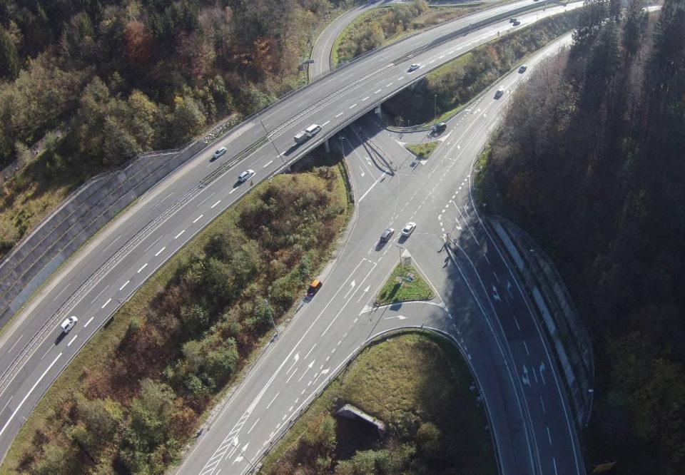 Zračni posnetek problematičnega križišča pri Trojanah. Foto: DRSI