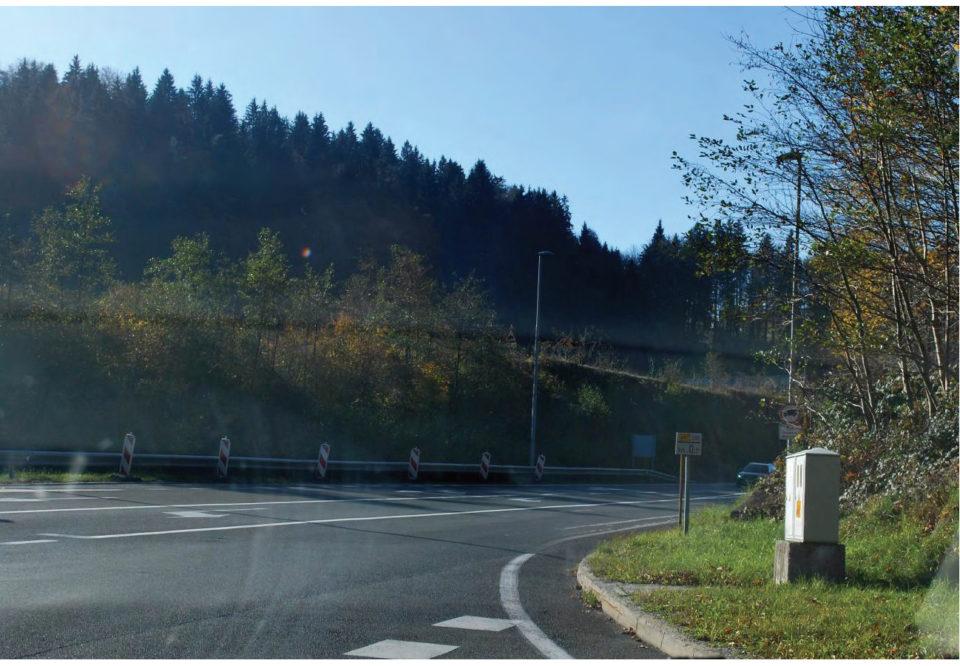 Slaba preglednost v smeri proti Trojanam pri vključevanju v križišče z avtocestnega priključka. Foto: DRSI2