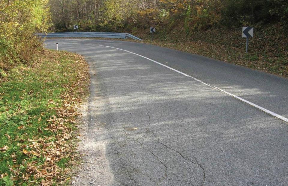 Pogled na desno krivino v smeri proti Latkovi vasi. Foto: DRSI
