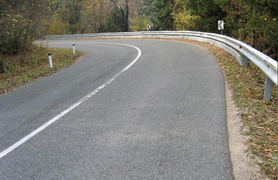 Pogled na levo krivino v smeri proti Podmeji (Trbovljam). Foto: DRSI