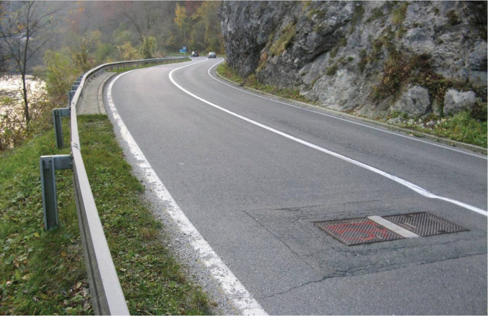 S-krivina, skalna brežina na desni strani ter posedeni jašek in jeklena varnostna ograja na levi strani. Foto: DRSI