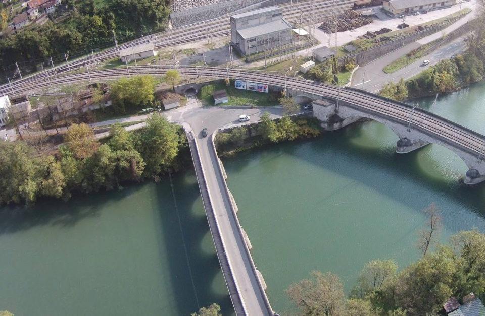 Zračni posnetek 4-krakega križišča in mostu. Foto: DRSI