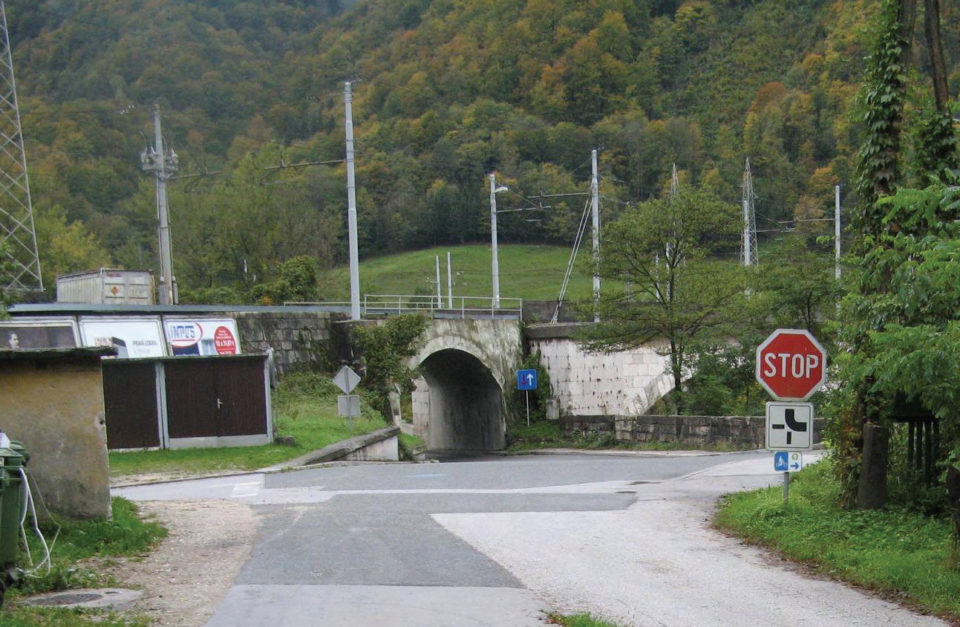 Pogled na 4-krako križišče z lokalne ceste. Foto: DRSI
