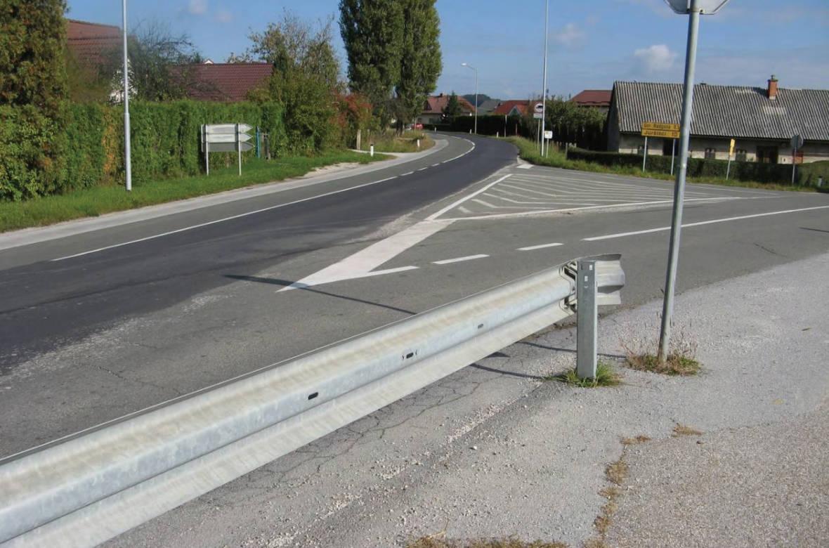Pogled proti križišču, kjer se dogajajo prometne nesreče. Foto: DRSI