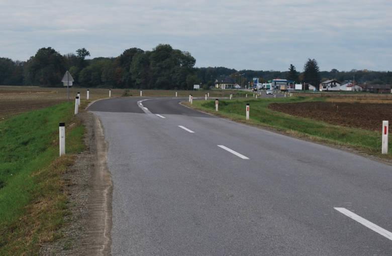 Pogled na potek ceste v smeri proti Gederovcem, v ospredju sprememba vozne površine in zožitev ceste. Foto: DRSI