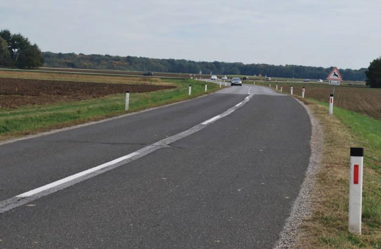 Pogled na potek ceste v smeri proti Murski Soboti, v ospredju sprememba vozne površine in zožitev ceste. Foto: DRSI