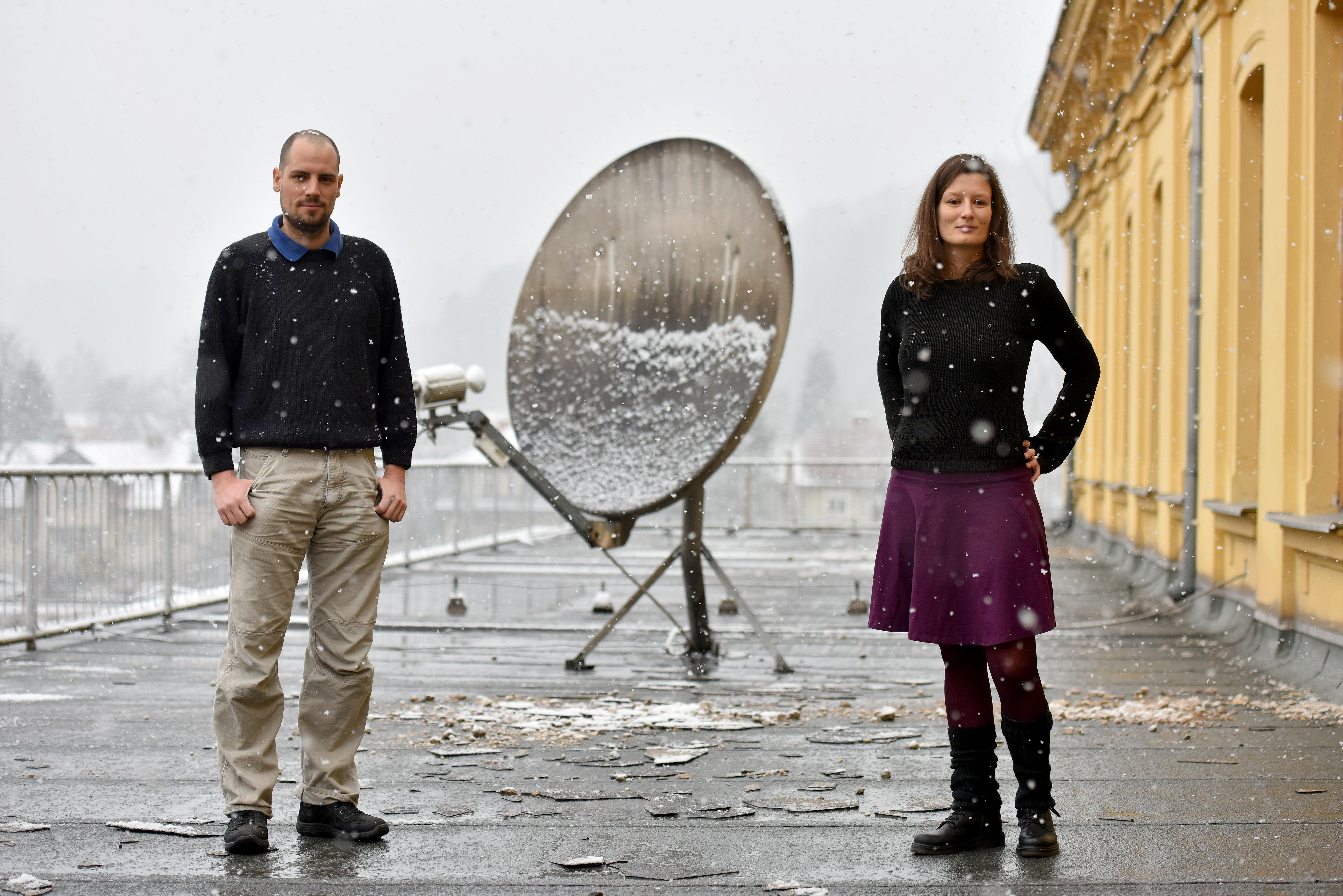 Soustanovitelja projekta Pod črto, Anže Voh Boštic in Taja Topolovec. Foto: Tamino Petelinšek, STA