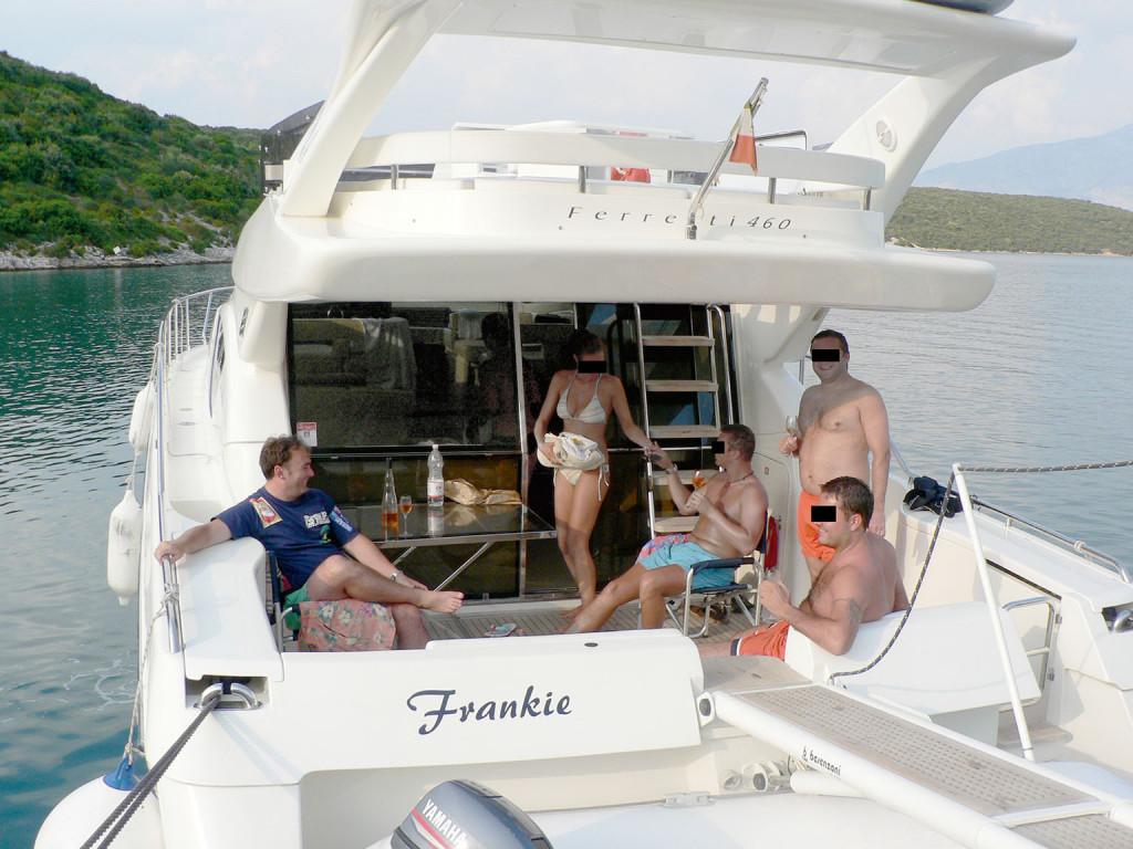 Arifovič (skrajno levo) na ladji Frankie. Foto: reportermagazin.cz