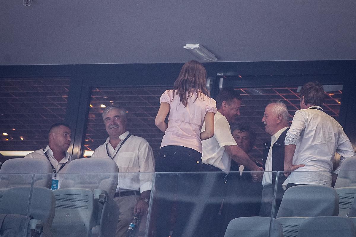 Rok Furlan (skrajno levo) na VIP tribuni ob otvoritvi dvorane Stožice. Ob njem takrat še predsednik uprave Salonita Anhovo Jože Funda. Foto: Finance